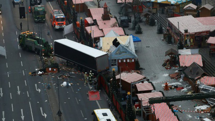 Des experts sur les lieux où un camion a roulé dans la foule dans un marché de Noël à Berlin le 20 décembre 2016