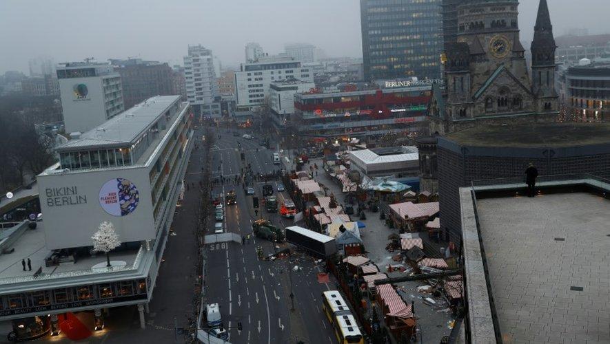 Les policiers examinent les lieux où un camion a roulé dans la foule le 20 décembre 2016 à Berlin