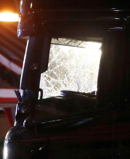 La cabine du conducteur du camion qui a foncé sur la foule dans un marché de Noël, le 19 décembre 2016 à Berlin