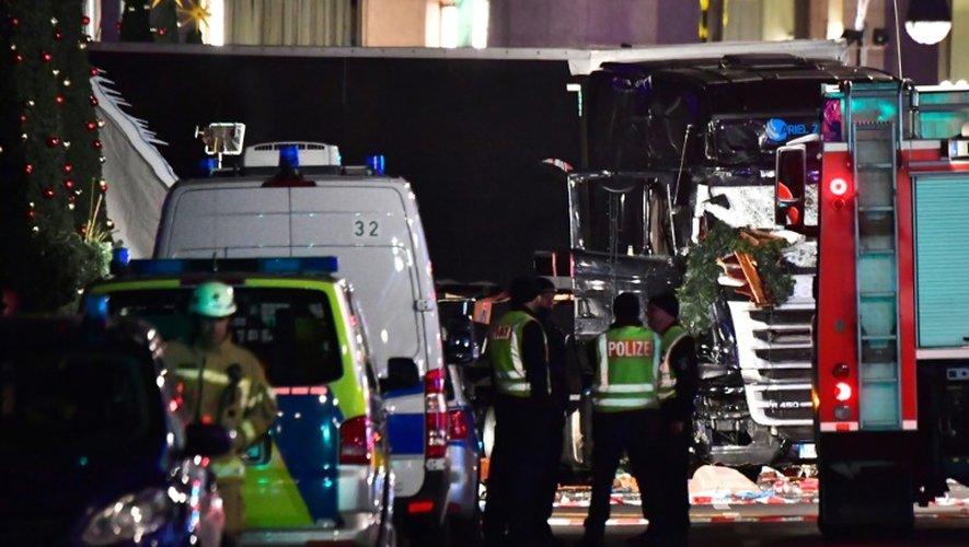 La police devant le camion qui a foncé sur la foule dans un marché de Noël, le 19 décembre 2016 à Berlin