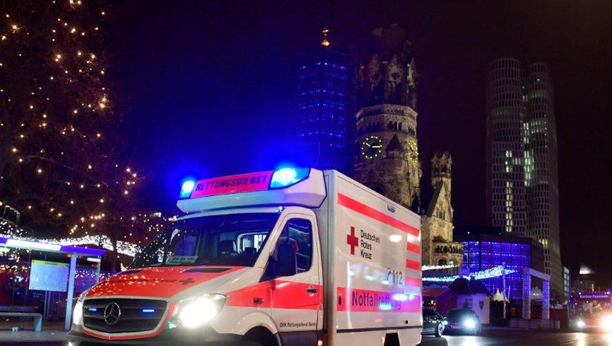 Une ambulance sur le site de l'attaque d'un camion, le 19 décembre 2016 à Berlin