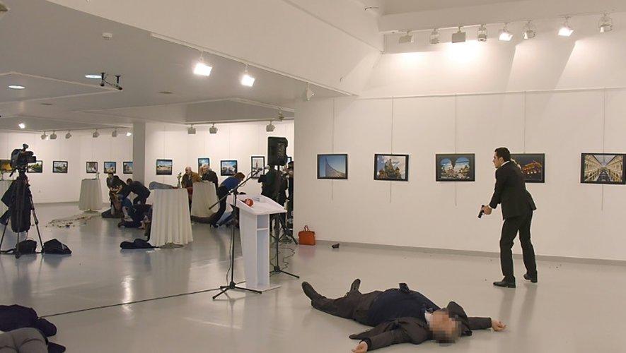 L'ambassadeur Andreï Karlov gît près de son tueur lors d'une exposition à Ankara le 19 décembre 2016