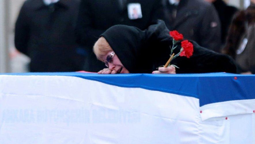 Marina Karlova, veuve de l'ambassadeur russe en Turquie assassiné,  devant le cercueil de son mari à Ankara, en Turquie, le 20 décembre 2016