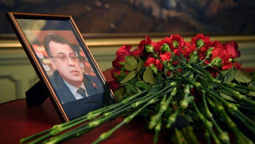 Des fleurs déposées en hommage à l'ambassadeur russe assassiné à Ankara, Andreï Karlov, au ministère des Affaires étrangères à Moscou, le 20 novembre 2016