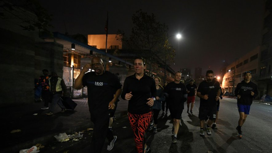 Des joggeurs de Midnight Runners dans les rues du quartier de Skid Row à Los Angeles, le 12 décembre 2016