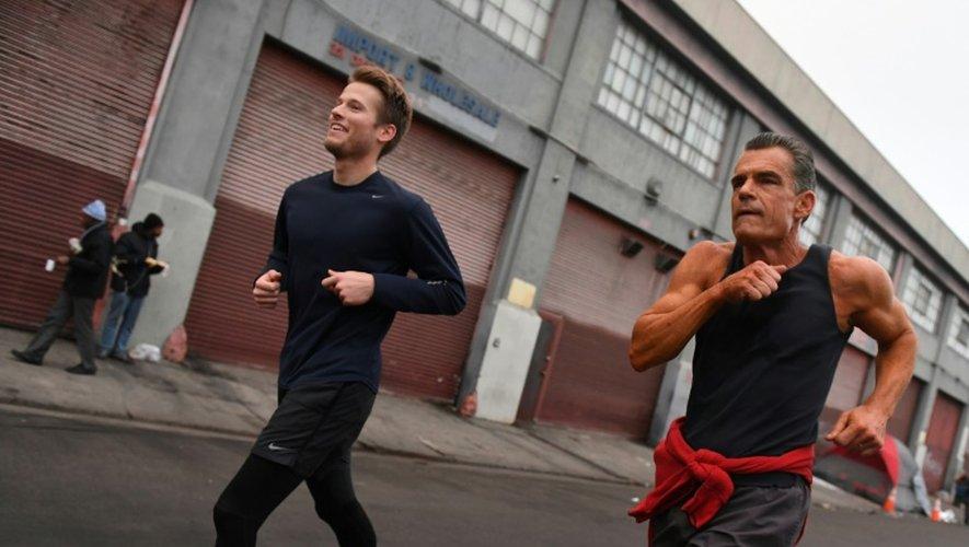 Le juge Craig Mitchell (D), fondateur du club de jogging Midnight Runners, lors d'un entraînement à Los Angeles, le 12 décembre 2016