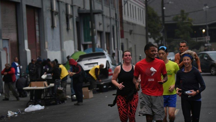 Des joggeurs du club Midnight Runners s'entraînent au petit matin dans les rues du quartier de Skid Row à Los Angeles, le 12 décembre 2016