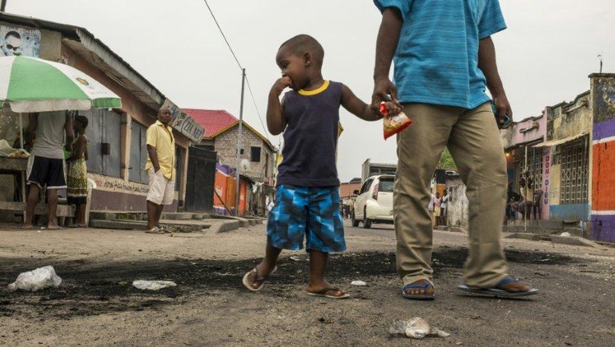 Traces des pneus brûlés à Kinshasa, en RD Congo, en proie à des violences, le 20 décembre 2016