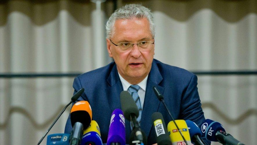 Le ministre de l'Intérieur de Bavière Joachim Herrmann lors d'une conférence de presse après un attentat d'un réfugié syrien dans un concert le 25 juillet 2016 à Ansbach