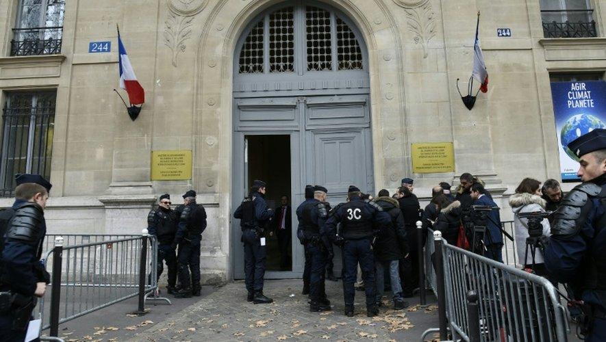 Devant le secrétariat d'Etat aux Transports à Paris, le 19 décembre 2016