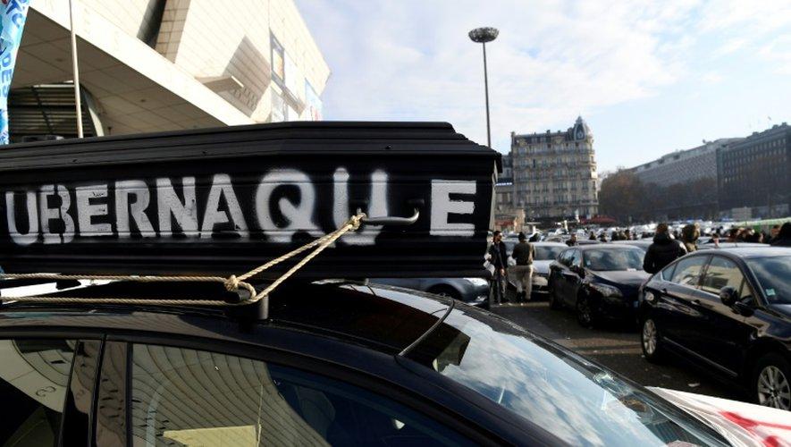 Manifestation, le 15 décembre 2016 à Paris, de chauffeurs de VTC contre Uber, qui annonce un fonds de soutien de 2 millions d'euros