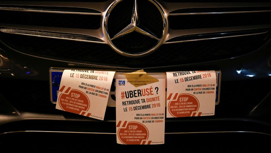 Des affichettes collées sur le véhicule d'un chauffeur VTC lors d'une manifestation, le 15 décembre 2016 à Paris