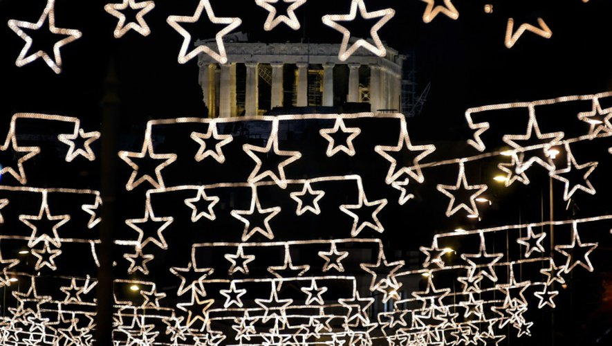 L'Acropole et le Parthénon à Athènes, vus à travers des illuminations de Noël, le 13 décembre 2016