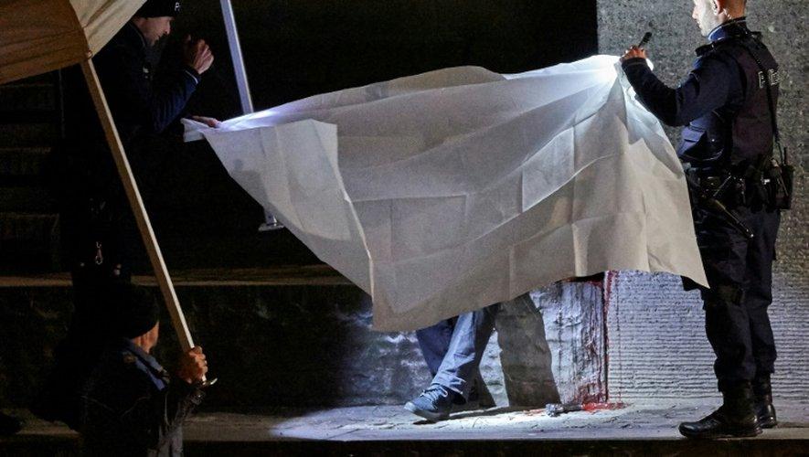 Des policiers suisses recouvrent le corps d'un homme retrouvé près d'un centre de prières musulman, le 19 décembre 2016 à Zurich