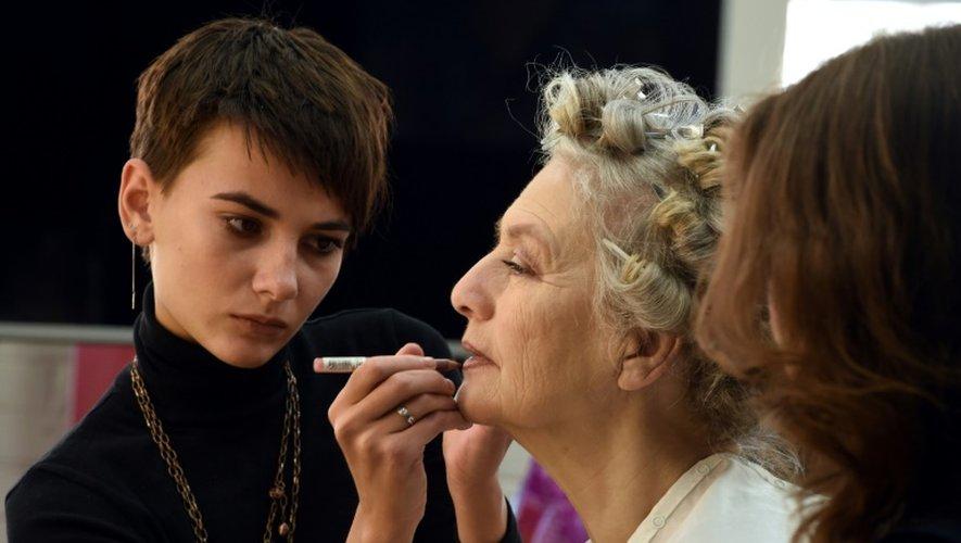 Séance de maquillage pour Olga Kondracheva (d), 71 ans, avant de poser pour un magazine féminin, le 20 novembre 2016 à Moscou