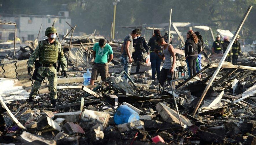 De nombreuses personnes au milieu des décombres calcinés après l'explosion survenue le 20 décembre 2017 sur un marché de feux d'artifice à Tultepec, près de Mexico