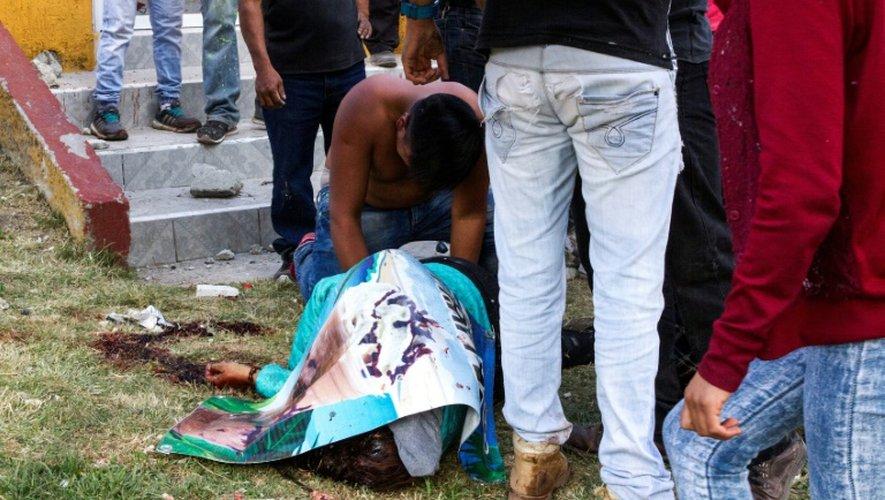 Le corps d'une victime de l'explosion survenue le 20 décembre 2017 sur un marché de feux d'artifice à Tultepec, près de Mexico, gît sur le sol