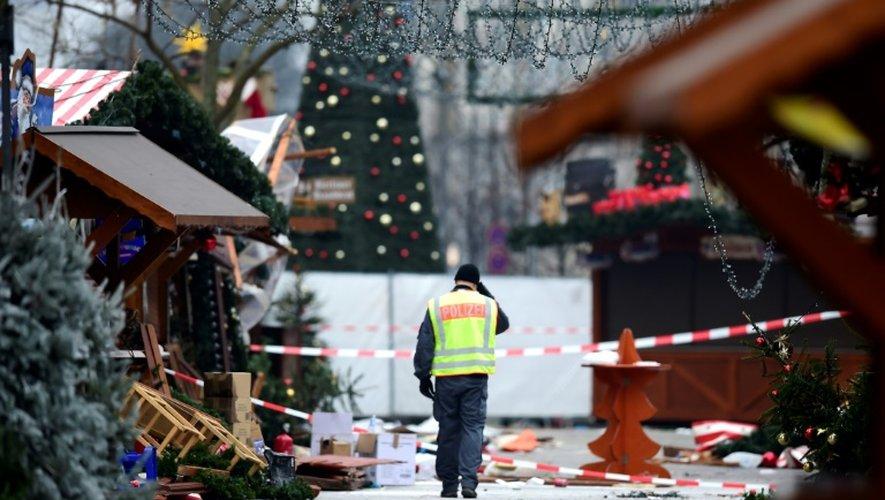 Un policier traverse le marché de Noël attaqué par un camion-bélier à Berlin, le 20 décembre 2016