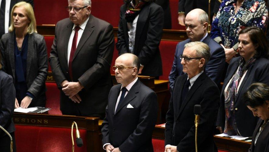 Bernard Cazeneuve lors de la minute de silence observée en hommage aux victimes de l'attentat de Berlin, le 20 décembre 2016 à l'Assemblée nationale à Paris
