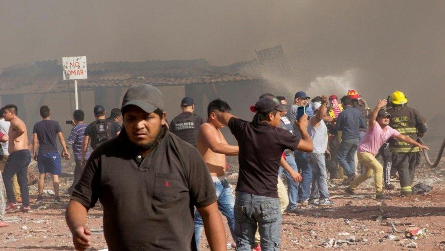Des Mexicains sur le lieu de l'explosion survenue sur un marché de feux d'artifice, le 20 décembre 2016 à Tupaltec près de Mexico