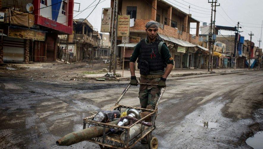 Un obus de mortier trouvé par un combattant des forces irakiennes, le 20 décembre 2016 à Mossoul