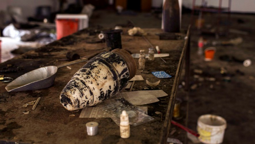 Du matériel servant à la fabrication d'explosifs, laissés par les jihadistes le 20 décembre 2016 à Mossoul