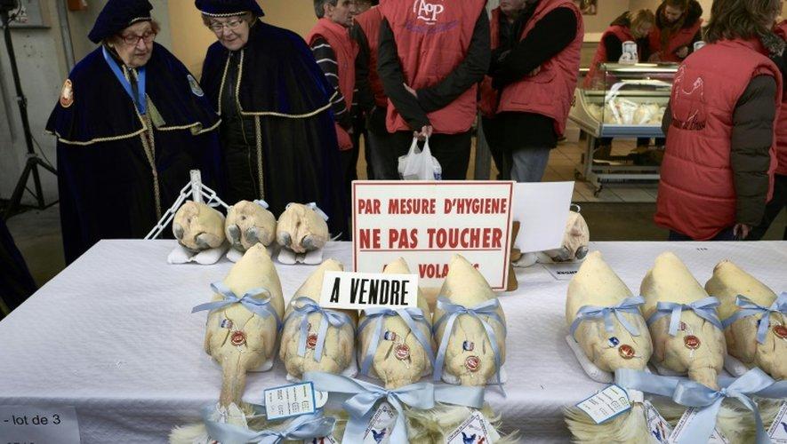 """Des gens regardent des volailles sur un marché de Bourg-en-Bresse pendant le concours """"Les Glorieuses of Bresse"""" le 16 décembre 2016"""