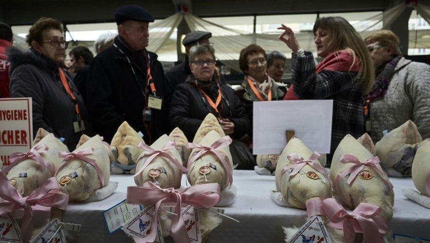 """Des poules, chapons et dindes sur un marché de Bourg-en-Bresse pendant le concours """"Les Glorieuses of Bresse"""" le 16 décembre 2016"""