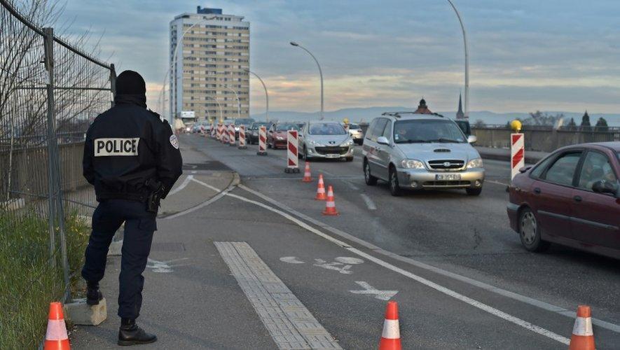 Un policier à la frontière entre la France et l'Allemagne le 29 décembre 2015