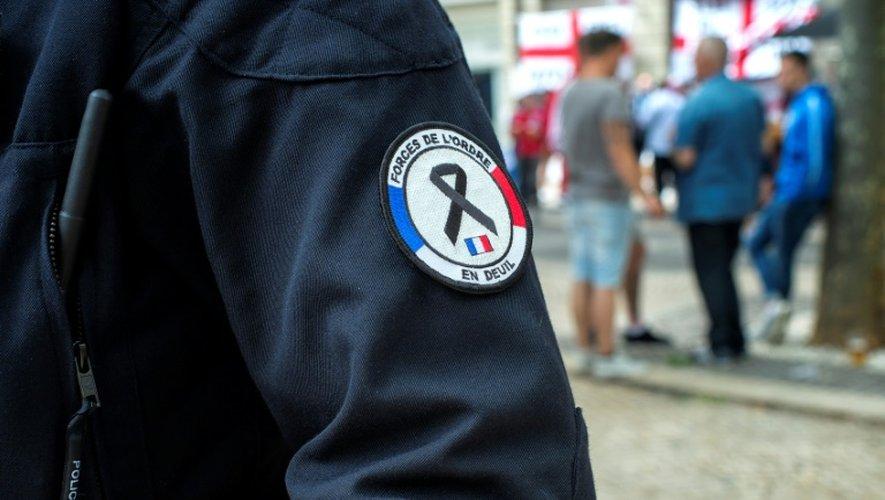 """Un badge de policier marqué d'un écusson """"forces de l'ordre en deuil"""" à Saint-Etienne le 19 juin 2016"""