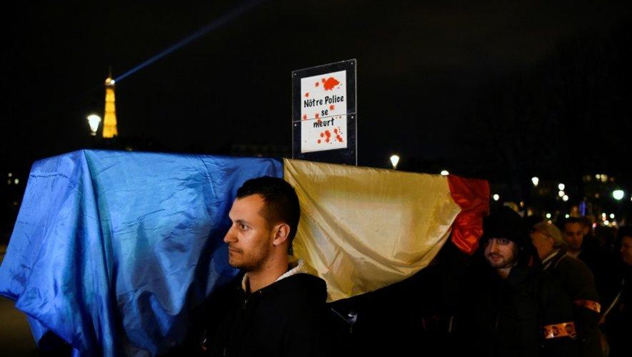 Manifestation de policiers protestant contre les attaques contre les forces de l'ordre et demandant plus de moyens, à Paris le 13 décembre 2016
