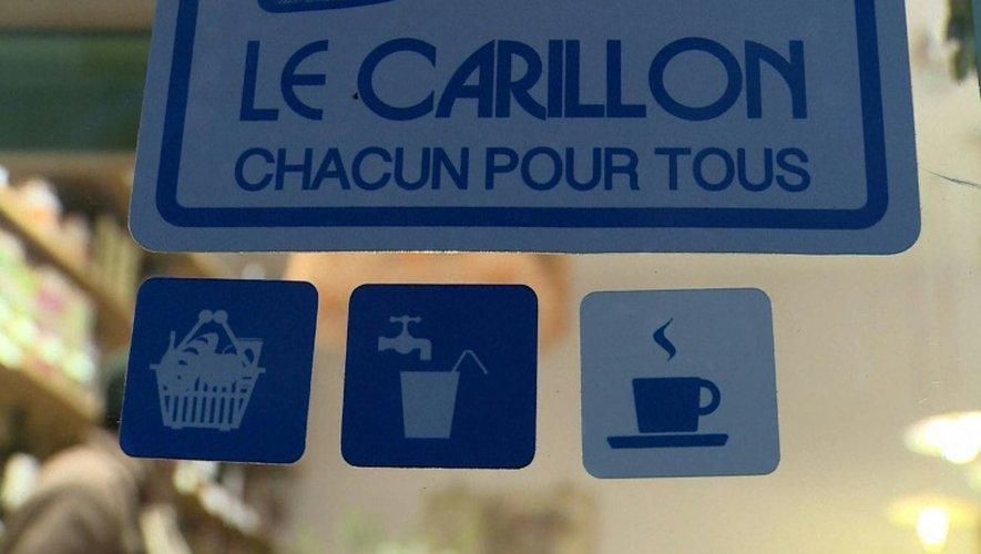L'autocollant du réseau Le Carillon s'est répandu depuis quelques mois sur les vitrines de cafés, restaurants, pharmacies, poissonneries parisiennes
