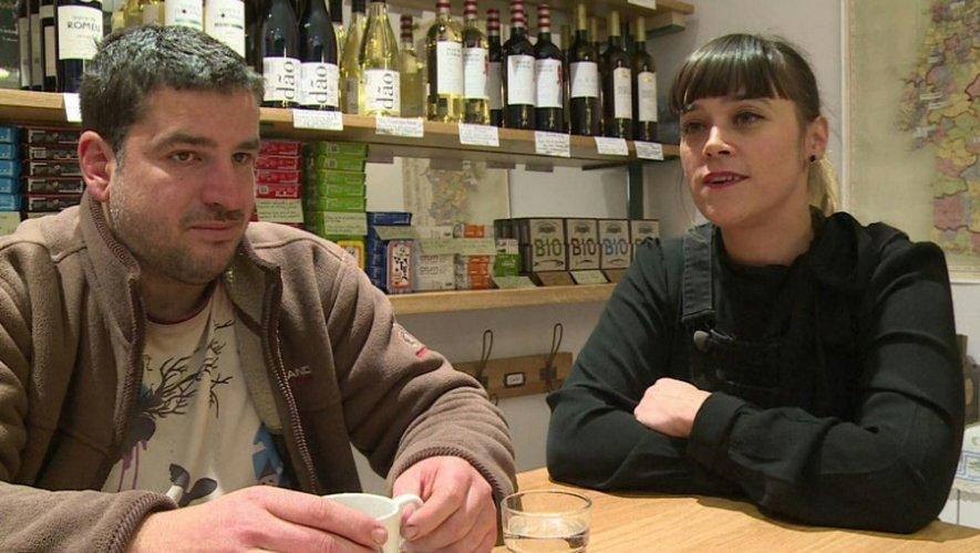 Virginie Gonçalves, co-gérante de la pâtisserie DonAntonia Pasteleria à Paris, accueille un sans-abri, le 12 décembre 2016