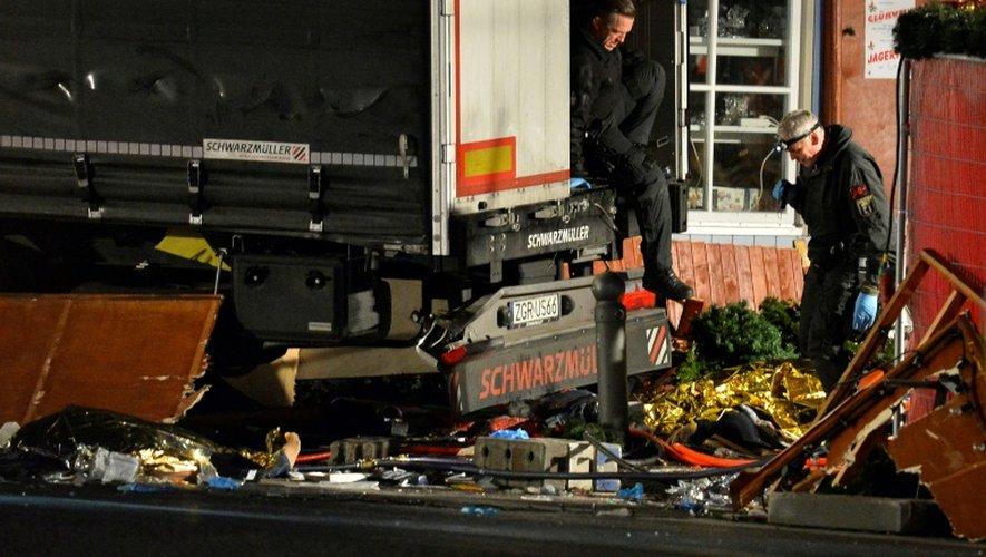 Des enquêteurs examinent le  camion ayant servi à l'attaque sur le marché de Noël, le 19 décembre 2016 à Berlin