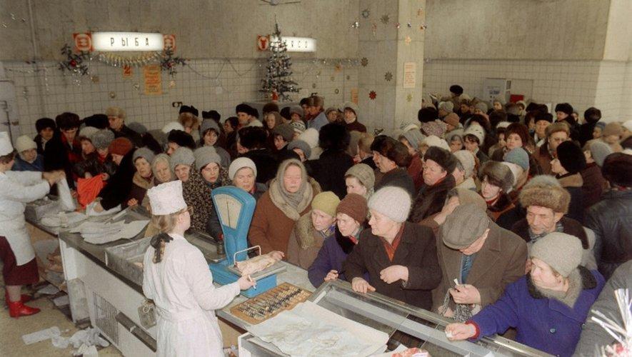 Des Moscovites font la queue pour acheter des produits alimentaires avant les fêtes de la fin d'année à Moscou, le 29 décembre 1990