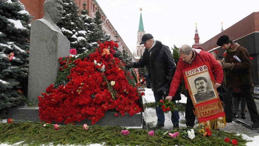 Des communistes russes rendent hommage au dictateur soviétique Joseph Staline au pied du Kremlin sur la place Rouge à Moscou, en Russie, le 21 décembre 2016