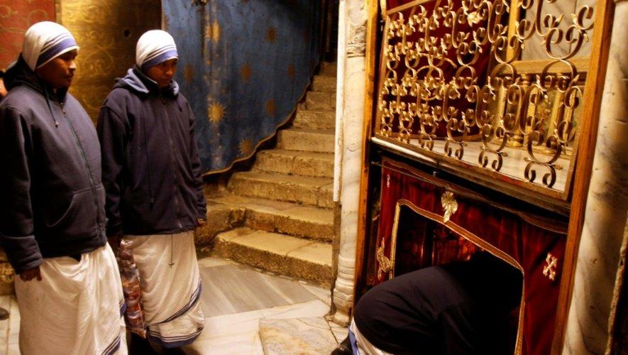 Des religieuses le 20 décembre 2016 dans la grotte de l'Eglise de la Nativité, où Jésus-Christ est né selon la tradition chrétienne, à Béthléem en Cisjordanie