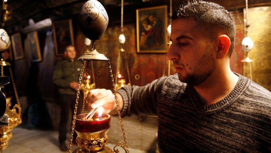 Un homme allume de l'encens dans l'Eglise de la Nativité, à Béthléem en Cisjordanie, où Jésus-Christ est né selon la Bible