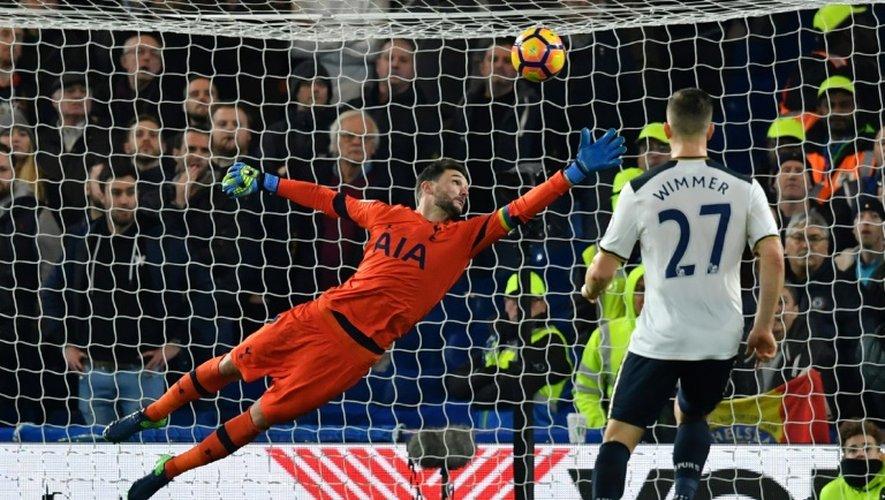 Le gardien international français de Tottenham Hugo Lloris tente d'arrêter un tir face à Chelsea, à Stamford Bridge, le 26 novembre 2016