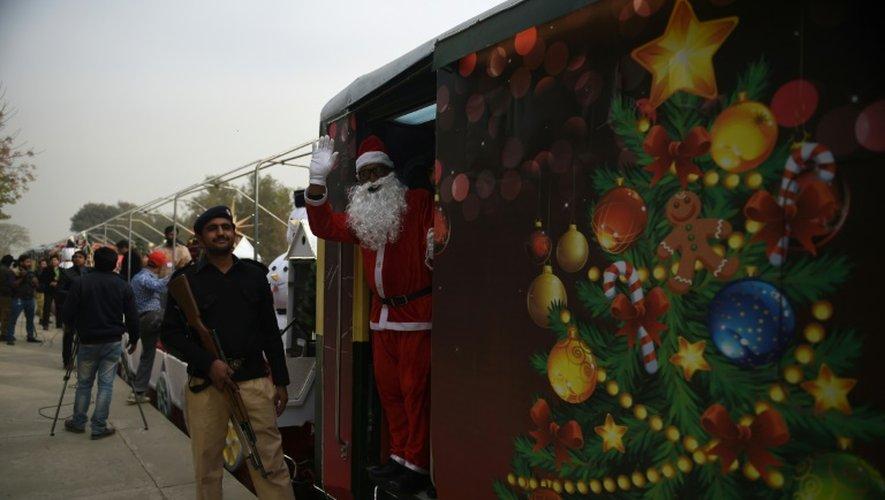 Un homme déguisé en Père Noël à bord du train de la paix, le 22 décembre 2016 à Islamabad