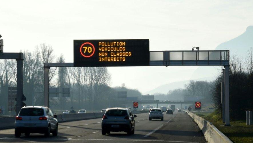 Limitation de vitesse en raison de la pollution sur une autoroute traversant les Alpes, le 13 décembre 2016.