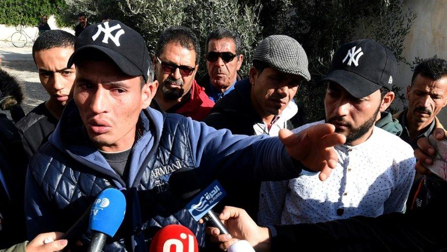 Deux frères d'Anis Amri, principal suspect dans l'attaque de Berlin, face aux médias, le 22 décembre 2016 à Oueslatia en Tunisie