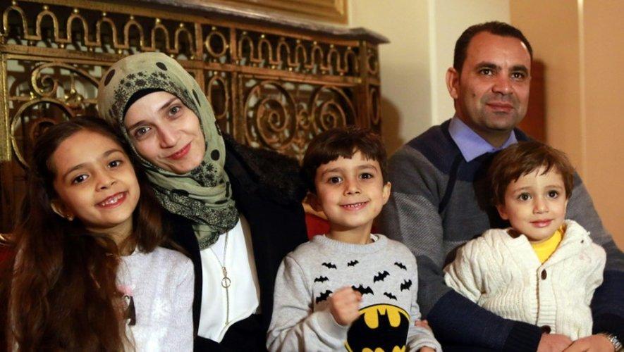 La Syrienne Bana al-Abed (g) avec ses frères et ses parents, le 22 décembre 2016 à Ankara
