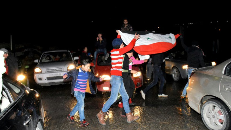 Des Syriens célèbrent à Alep la reprise de la ville par l'armée régulière le 22 décembre 2016