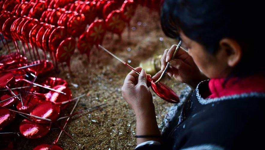 Une employée réalise des décorations de Noël dans une usine de Tlalpujahua, dans l'Etat du Michoacan, le 16 décembre 2016 au Mexique