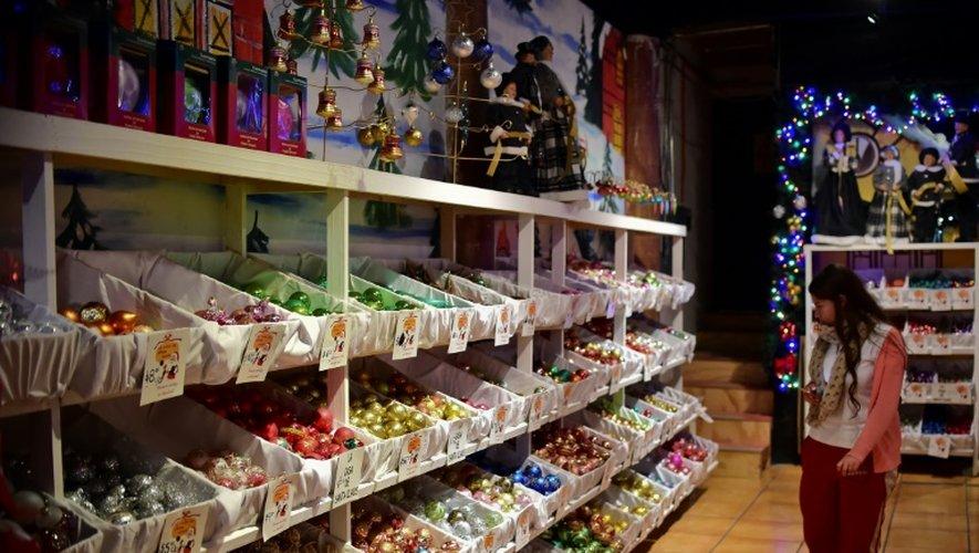 Des décorations de Noël exposées dans une boutique de Tlalpujahua, dans l'Etat de Michoacan, le 16 décembre 2016 au Mexique