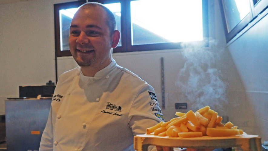 Le chef étoilé Laurent Lemal prépare un plat végétal dans son restaurent La Coopérative à Bélesta, dans le sud-ouest de la France, le 19 décembre 2016