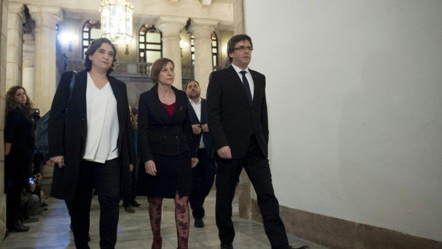 La maire de Barcelone, Ada Colau (G), la présidente du parlement catalan Carme Forcadell et le président du gouvernement catalan Carles Puigdemont (D) avant une réunion à Barcelone, le 23 décembre 2016