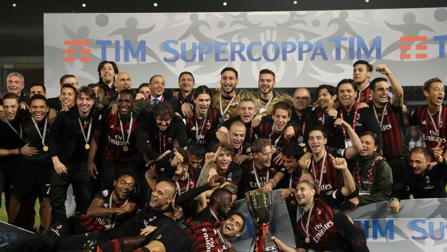 Les joueurs de l'AC Milan posent avec le trophée de la Supercoupe d'Italie remportée face à la Juventus, le 23 décembre 2016 à Doha