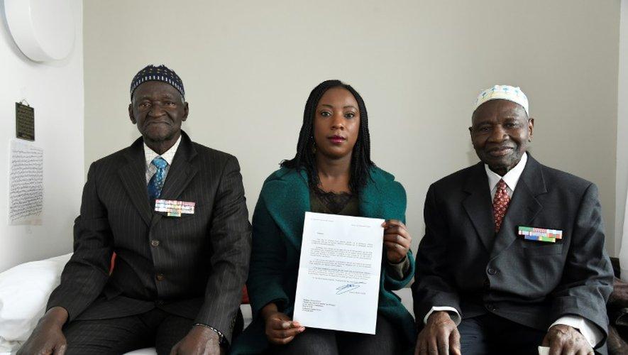 Ousmane Sagna (L) et Guorgui M' Bodji (R), anciens tirailleurs sénégalais, et Aissata Seck (c), adjointe au maire socialiste de Bondy, en charge des anciens combattants, le 22 décembre 2016 à Bondy, près de Paris